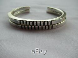 Paire De Bracelets D'époque Ciselés En Argent Sterling