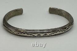 Paire Vintage Navajo Native American Sterling Silver Narrow Ornate Cuff Bracelets
