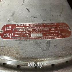 Une Paire D'anciennes Installations De Lumière De L'appleton Industriel Aa-51 Explosion Proof