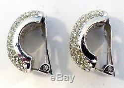 Une Paire De Boucles D'oreilles À Clip Argentées Christian Dior Avec Des Diamantes Blanches
