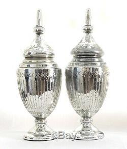 Une Paire De Vintage Grand Sculpté Et Gravé, Verre Footed Mercury Urnes, Vases Withlids
